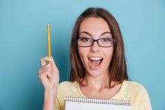 Ritratto del primo piano di bella donna emozionante in occhiali Immagine Stock