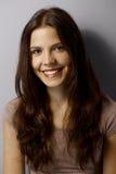 Ritratto del primo piano di bella giovane donna felice Fotografie Stock Libere da Diritti