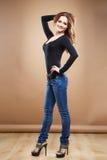 Ritratto del primo piano di bella giovane donna sexy con capelli marroni lunghi sopra fondo marrone Fotografia Stock Libera da Diritti