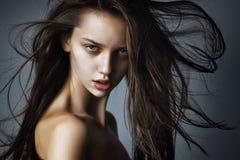 Ritratto del primo piano di bella ragazza con capelli lunghi Fotografie Stock Libere da Diritti