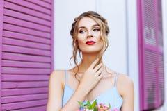 Ritratto del primo piano di bella ragazza con gli occhi espressivi Fotografia Stock