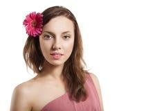 Ritratto della ragazza con il fiore in capelli Fotografia Stock