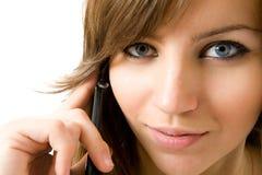 Ritratto del primo piano di bella ragazza con il telefono Fotografia Stock Libera da Diritti