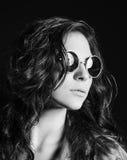 Ritratto del primo piano di bella ragazza in occhiali da sole rotondi. In bianco e nero Fotografia Stock Libera da Diritti