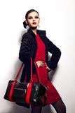 Ritratto del primo piano di fascino di bello modello caucasico castana alla moda sexy della giovane donna in vestito rosso con la  immagini stock