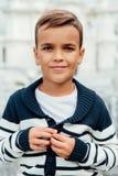 Ritratto del primo piano di giovane allievo di uno scolaro Sorridere mostrando saltatore con le bande Fotografia Stock Libera da Diritti