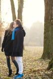 Ritratto del primo piano di giovane baciare caucasico delle coppie fotografia stock libera da diritti