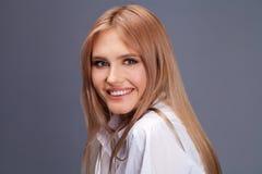 Ritratto del primo piano di giovane bella donna bionda in una camicia bianca immagine stock