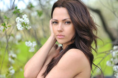 Ritratto del primo piano di giovane bella donna sexy sulla natura Fotografie Stock Libere da Diritti