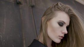 Ritratto del primo piano di giovane bella ragazza alla moda che posa sulla via azione Concetto di modo del ` s delle donne archivi video