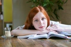 Ritratto del primo piano di giovane bella studentessa con lo sci bianco immagini stock