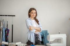 Ritratto del primo piano di giovane cucitrice o sarto da donna il suo posto di lavoro fotografie stock libere da diritti