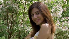 Ritratto del primo piano di giovane donna castana felice che esamina macchina fotografica e sorridere stock footage