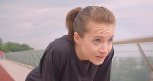 Ritratto del primo piano di giovane pareggiatore femminile sportivo allegro in una maglietta nera che ottiene motivata e che iniz archivi video