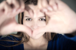 Ritratto del primo piano di giovane ragazza teenager sveglia che fa a Fotografie Stock