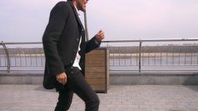Ritratto del primo piano di giovane sorridere di camminata e ballante afroamericano attraente dell'uomo d'affari allegramente sul stock footage