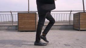 Ritratto del primo piano di giovane sorridere di camminata e ballante afroamericano attraente dell'uomo d'affari felicemente sull archivi video