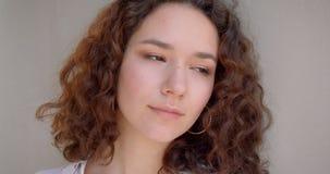 Ritratto del primo piano di giovane sorridere di modello femminile caucasico riccio dai capelli lunghi macchina fotografica alleg archivi video