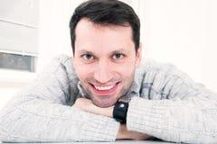 Ritratto del primo piano di giovane uomo attraente con il grande SMI a trentadue denti immagini stock