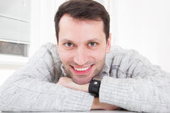 Ritratto del primo piano di giovane uomo attraente con il grande SMI a trentadue denti fotografia stock libera da diritti