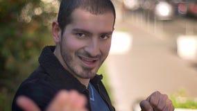 Ritratto del primo piano di giovane uomo caucasico nella posa combattente che invita per combattere sul fondo della via video d archivio