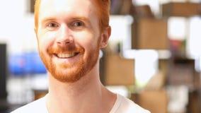 Ritratto del primo piano di giovane uomo rosso felice della barba dei capelli che sorride alla macchina fotografica Fotografia Stock Libera da Diritti