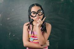 Ritratto del primo piano di pensiero sveglio della bambina Fotografie Stock