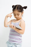 Ritratto del primo piano di piccola ragazza asiatica sveglia Immagini Stock