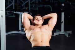 Ritratto del primo piano di riposo dopo un culturista professionale di allenamento duro alla palestra Addestramento muscolare sic Fotografia Stock