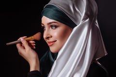 Ritratto del primo piano di trucco d'uso della donna musulmana affascinante Fotografie Stock