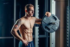 Ritratto del primo piano di un allenamento muscolare dell'uomo con Fotografie Stock