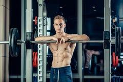 Ritratto del primo piano di un allenamento muscolare dell'uomo con Immagini Stock Libere da Diritti