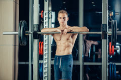 Ritratto del primo piano di un allenamento muscolare dell'uomo con Fotografia Stock Libera da Diritti