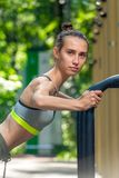 ritratto del primo piano di un atleta femminile con una figura esercitarsi di sport fotografia stock