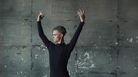 Ritratto del primo piano di un ballerino di balletto maschio su un fondo scuro Movimento lento archivi video