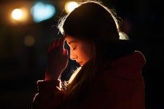 Ritratto del primo piano di un pregare della giovane donna Fotografie Stock Libere da Diritti