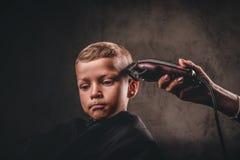 A che eta il primo taglio di capelli