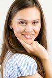 Ritratto del primo piano di un sorridere felice della giovane donna Fotografia Stock