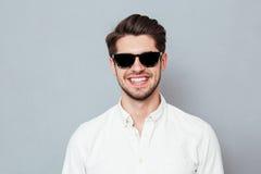 Ritratto del primo piano di un uomo sorridente che esamina macchina fotografica Fotografia Stock Libera da Diritti