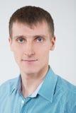 Ritratto del primo piano di un uomo in una camicia Immagine Stock