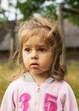 Ritratto del primo piano di una bambina all'aperto Fotografie Stock Libere da Diritti
