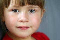 Ritratto del primo piano di una bambina graziosa immagini stock libere da diritti