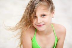 Ritratto del primo piano di una bambina sorridente graziosa con l'ondeggiamento dentro Fotografie Stock Libere da Diritti