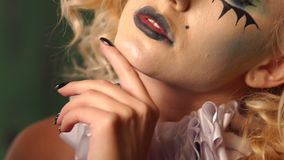Ritratto del primo piano di una donna bionda emozionante con trucco in Halloween stock footage
