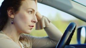 Ritratto del primo piano di una donna, triste Un fronte triste nell'automobile Concetto - depressione, problemi del ` s delle don archivi video