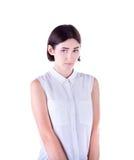 Ritratto del primo piano di una giovane donna attraente e sveglia in una blusa bianca e con i capelli di scarsità, isolato su un  Immagini Stock Libere da Diritti