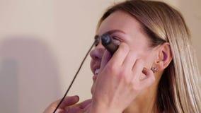Ritratto del primo piano di una ragazza nel solarium prima della procedura d'abbronzatura video d archivio