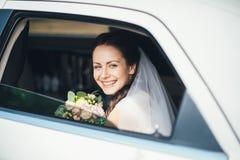 Ritratto del primo piano di una sposa nella finestra di automobile Immagini Stock