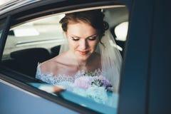 Ritratto del primo piano di una sposa nella finestra di automobile Immagine Stock