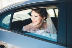 Ritratto del primo piano di una sposa nella finestra di automobile Fotografie Stock Libere da Diritti